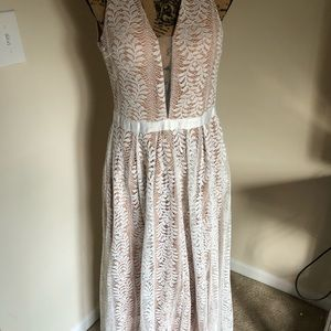 Dresses & Skirts - Lace maxi dress